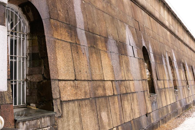 St Petersburg Ryssland, mars 10, 2019 Del av väggarna av Peter och Paul Fortress som fodras med granit arkivbilder