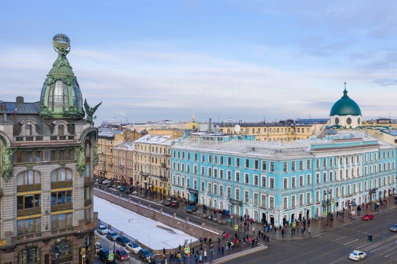 ST PETERSBURG RYSSLAND - MARS, 2019: Flyg- sikt av byggnaden av företaget Zinger, den Nevsky avenyn royaltyfri bild