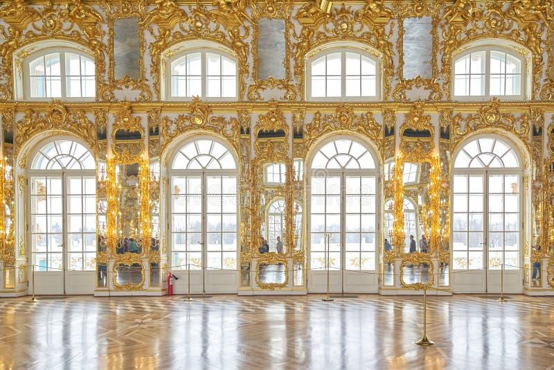 ST PETERSBURG RYSSLAND - MARS 16, 2019: inre balsal, Catherine slott, Tsarskoye Selo, Pushkin i St Petersburg, royaltyfri bild