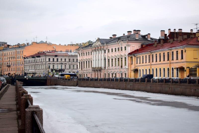 St Petersburg Ryssland - mars 17 2019: Sikten från invallningen på den Moyka floden arkivbild