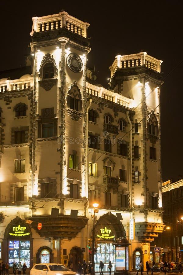 ST PETERSBURG RYSSLAND - NOVEMBER 03, 2014: Byggnaden av teatern som namnges efter Andrei Mironov på den Lev Tolstoy fyrkanten arkivbilder