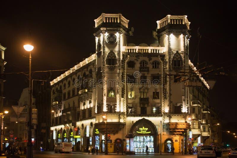 ST PETERSBURG RYSSLAND - NOVEMBER 03, 2014: Byggnaden av teatern som namnges efter Andrei Mironov på den Lev Tolstoy fyrkanten royaltyfri fotografi