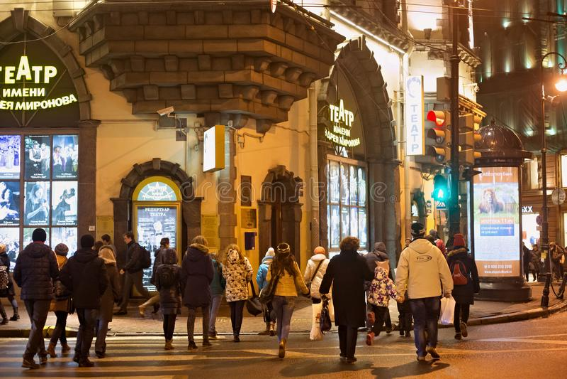 ST PETERSBURG RYSSLAND - NOVEMBER 03, 2014: Okänt folk nära teatern som namnges efter Andrei Mironov arkivbilder