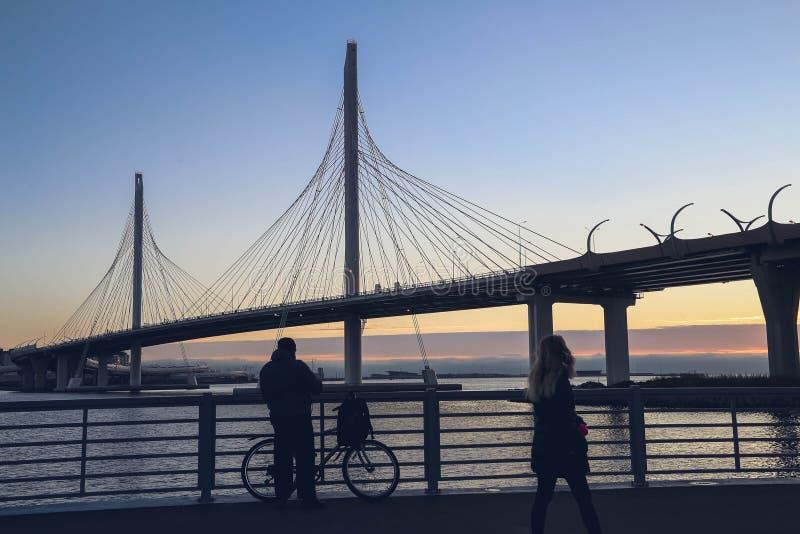 ST PETERSBURG RYSSLAND - oktober, 2018: Denblivna bron av den västra snabba diametern royaltyfri bild