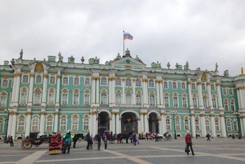St Petersburg Ryssland - Oktober 11, 2014: Folket vilar, promenerar slottfyrkanten nära vinterslotten godseremitboningkuskovo mos royaltyfri bild