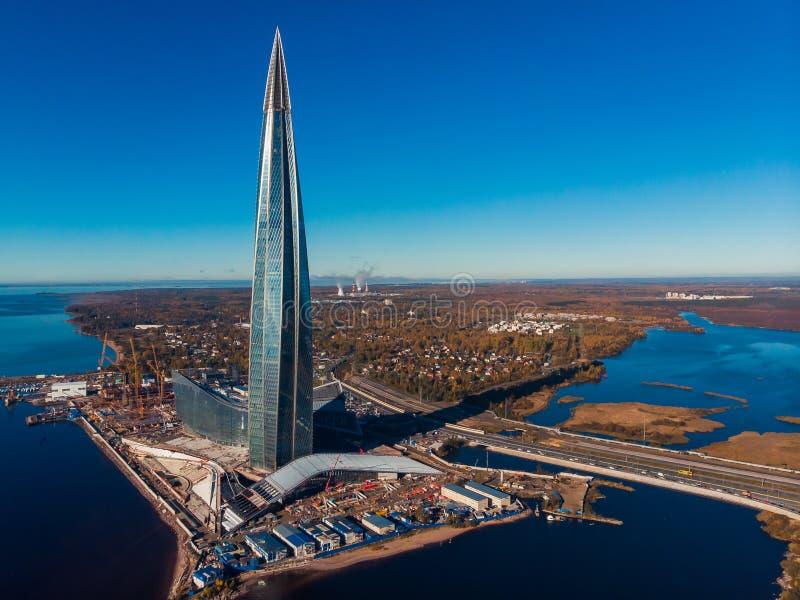 St Petersburg RYSSLAND - OKTOBER 1, 2018: Gazprom f?r skyskrapaLakhta mitt h?gkvarter finland golf Klart soligt royaltyfri bild