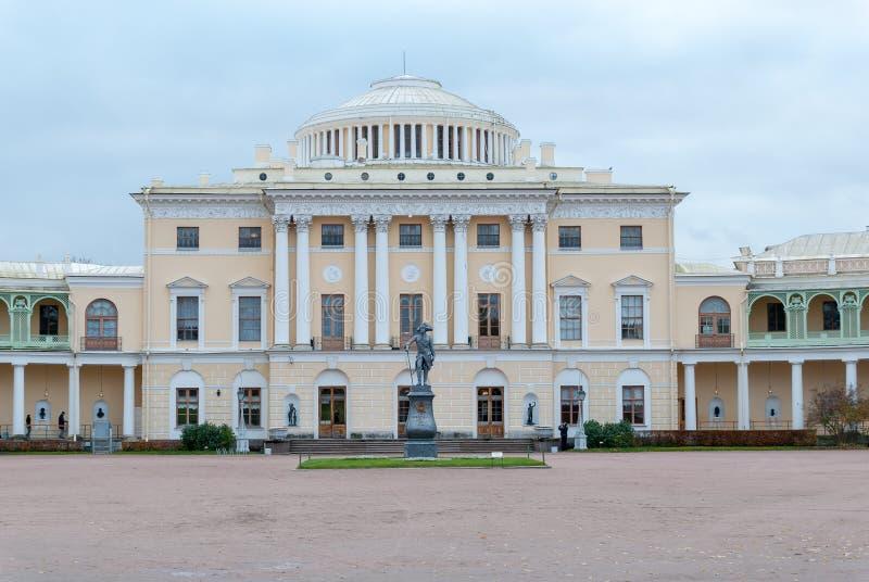 St Petersburg Ryssland Oktober 23, 2017: Monument till kejsaren Paul I framme av den Pavlovsk slotten i Pavlovsk royaltyfri fotografi