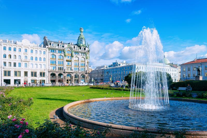 St Petersburg Ryssland - Oktober 11, 2015: Springbrunn på den Kazan domkyrkan och det Zinger huset i Nevsky utsiktaveny i St Pete arkivfoton