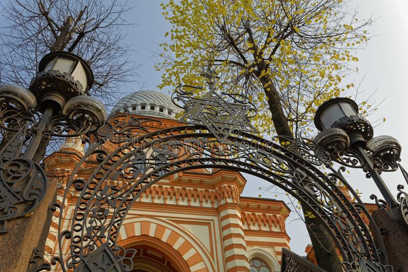 ST PETERSBURG RYSSLAND - 17 OKTOBER 2017: Storslagen kor- synagoga av St Petersburg, Ryssland arkivfoton