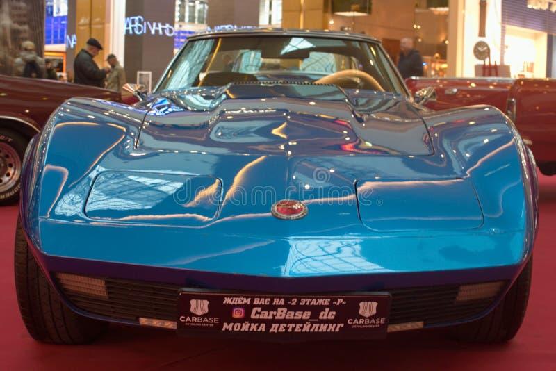 St Petersburg Ryssland - Oktober 07, 2018: Utställning av gamla bilar i gallerian Chevrolet Corvette C3 Sting Ray huv arkivbilder