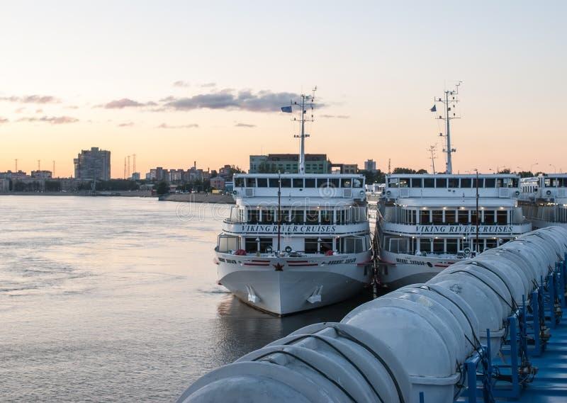 St Petersburg Ryssland - September 5, 2017: Sikter av ett kryssningskepp med ett öppet däck, med räddningsflottar royaltyfria bilder
