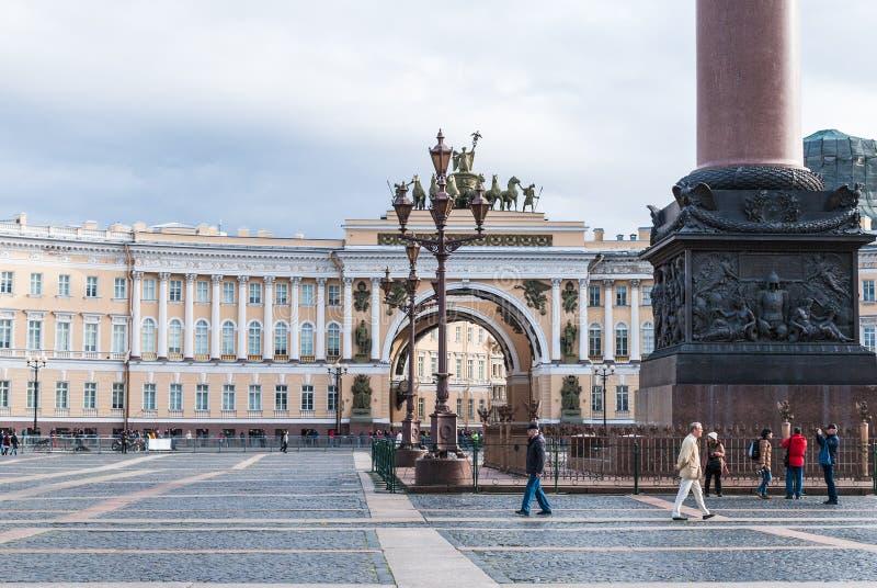 St Petersburg Ryssland - September 25, 2017: Slottfyrkant i St Petersburg Tappninglyktor, skulptur på krillen av honom royaltyfri foto