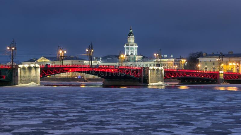 St Petersburg Ryssland Slotten överbryggar royaltyfria foton