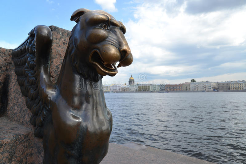 St Petersburg Sculpture en bronze d'un griffon contre Neva image stock