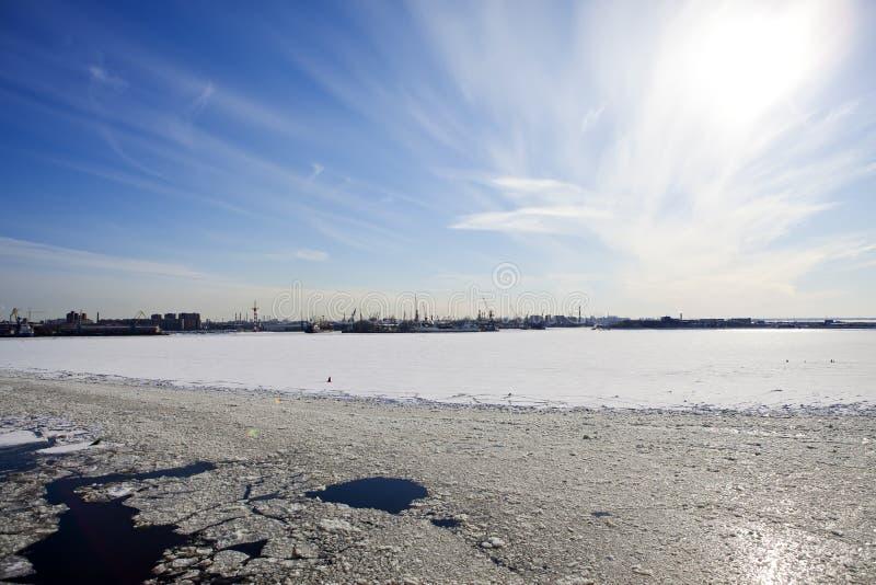 St Petersburg seaport Ryssland Sikten från golfen av Finland täckte med is arkivbild