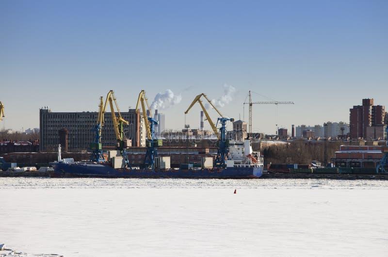 St Petersburg seaport Ryssland Sikten från golfen av Finland täckte med is royaltyfria bilder