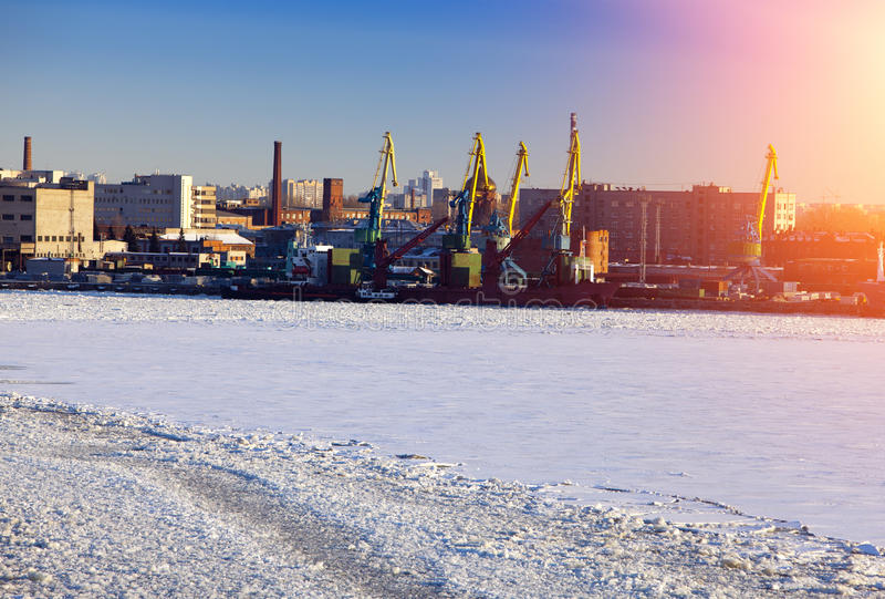 St Petersburg seaport Ryssland Sikten från golfen av Finland täckte med is royaltyfri fotografi