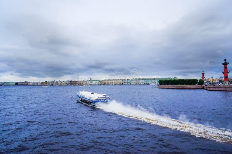 St Petersburg Sommer 2016 Schnellboottaxisegeln auf dem Fluss Neva lizenzfreies stockbild