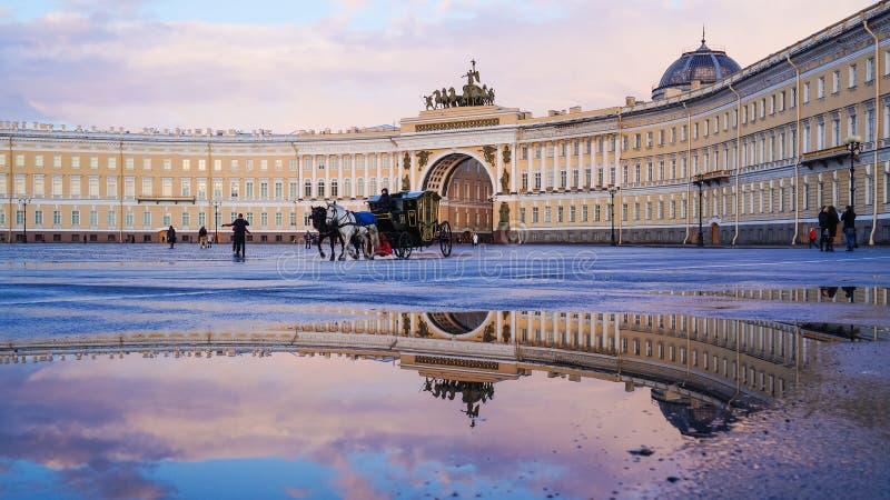 St Petersburg Sommer 2016 Wagenpferde am Palastquadrat stockbild