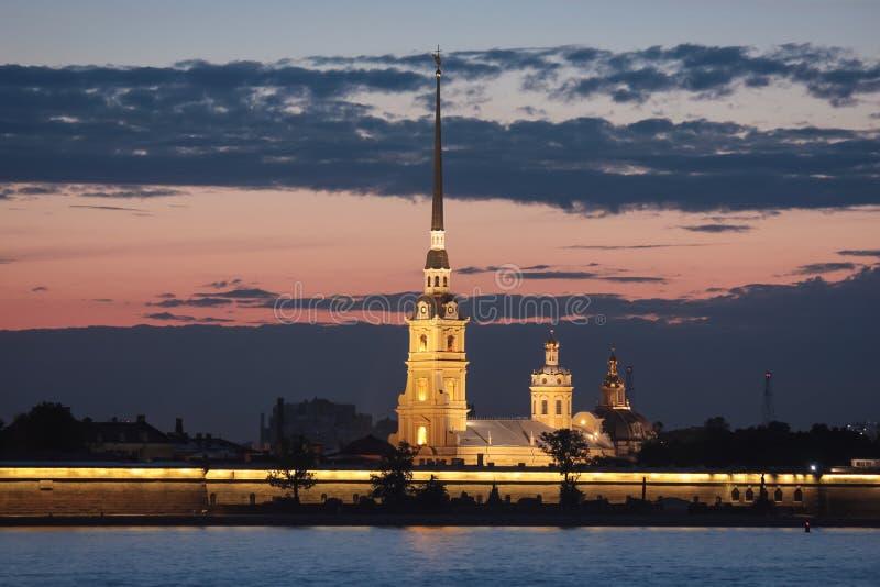 St Petersburg van de nacht stock afbeeldingen