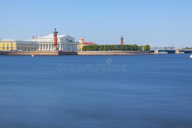 St Petersburg Vasilievsky ö, Strelka, Rostral kolonn, Ne arkivbild