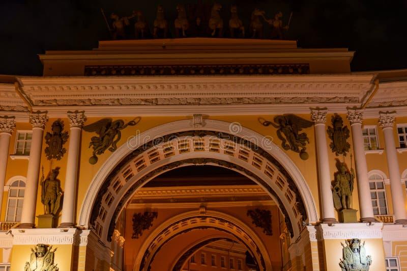 St Petersburg Vista através do arco triunfal da construção do estado maior geral no quadrado e no eremitério do palácio detalhes  imagens de stock