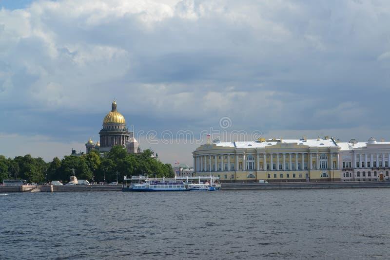 St Petersburg Vista de la catedral del St Isaac de Neva imagen de archivo