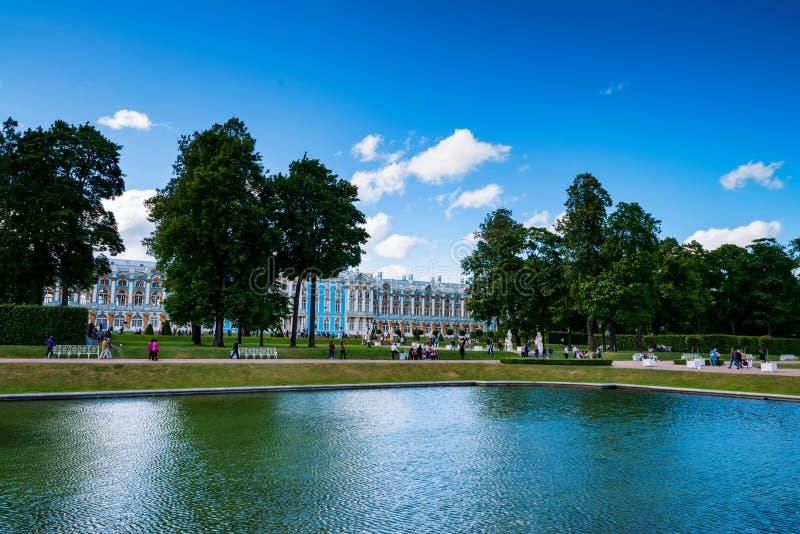 ST PETERSBURGO - 15 DE JUNHO DE 2015: Opinião os turistas no parque perto do palácio de Catherine fotos de stock royalty free