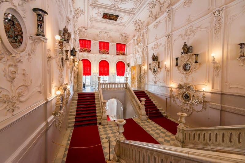 ST PETERSBURGO - 15 DE JUNIO DE 2015: Interior del palacio del II de Catherine en Tsarskoe Selo, Rusia fotos de archivo libres de regalías