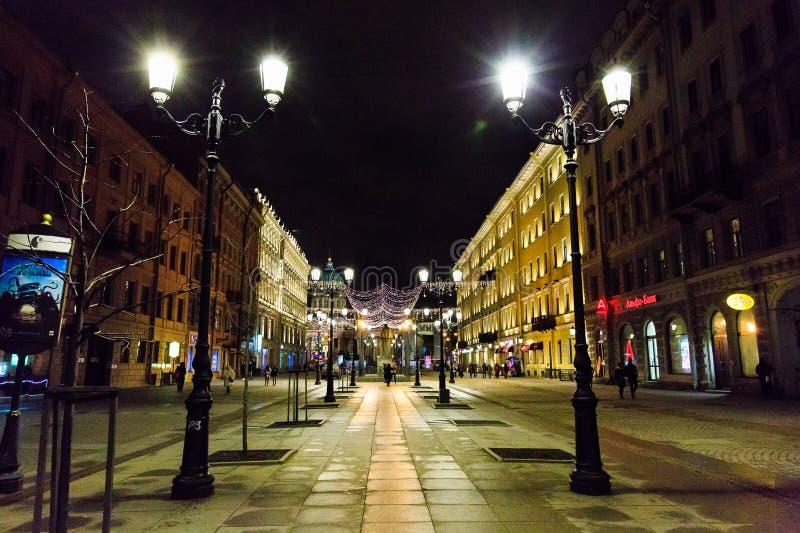 ST PETERSBURGO, RÚSSIA - 25 DE DEZEMBRO DE 2016: Arquitetura da cidade da noite, decoração da rua ao ano novo e Natal e luzes de  fotos de stock royalty free
