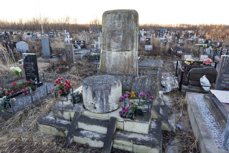 ST PETERSBURGO, RÚSSIA - 27 DE DEZEMBRO DE 2015: Foto do monumento na sepultura do linguista Knorozov fotos de stock