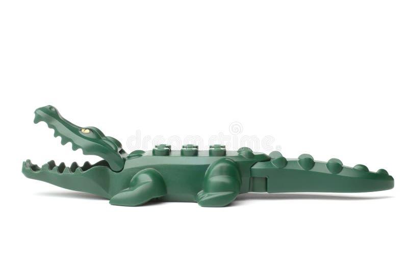 ST PETERSBURGO, RÚSSIA - 13 DE DEZEMBRO DE 2015: Um estúdio disparou de um minifigure de Lego do crocodilo fotografia de stock royalty free