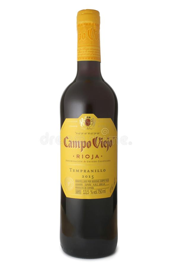 ST PETERSBURGO, RÚSSIA - 4 DE MARÇO DE 2017: Garrafa de Campo Viejo Rioja Tempranillo, Espanha, 2015 foto de stock