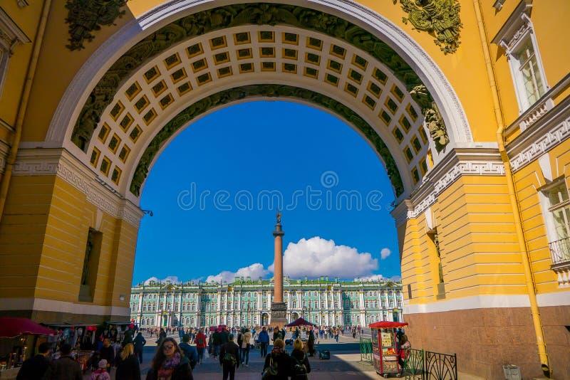 ST PETERSBURGO, RÚSSIA, O 1º DE MAIO DE 2018: Ideia do quadrado do palácio através do arco da construção do estado maior geral em imagem de stock royalty free