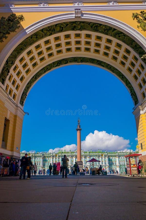 ST PETERSBURGO, RÚSSIA, O 1º DE MAIO DE 2018: Ideia do quadrado do palácio através do arco da construção do estado maior geral em imagem de stock