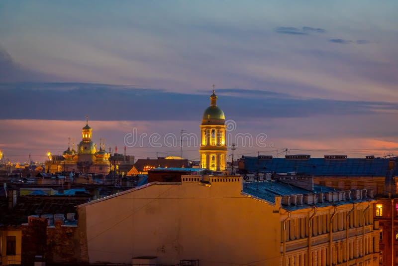 ST PETERSBURGO, RÚSSIA, O 1º DE MAIO DE 2018: Vista exterior de Bykovo Igreja de Vladimir Icon da mãe do deus sino imagens de stock