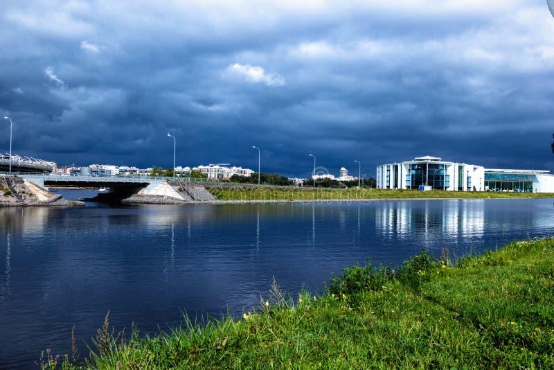 ST Petersburgo, Rússia o 16 de setembro de 2018: uma ideia geral da margem do canal do enfileiramento, ponte, esportes do enfilei fotografia de stock