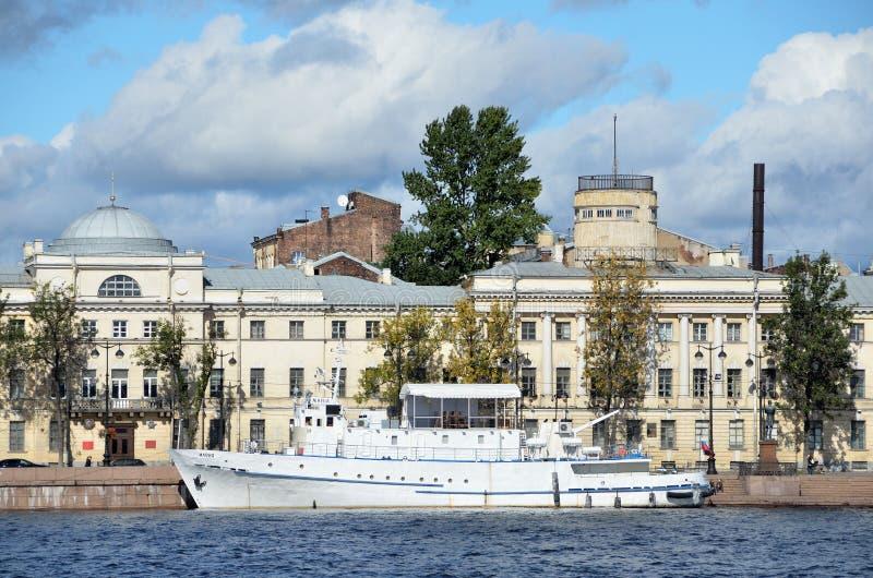ST PETERSBURGO, RÚSSIA, SETEMBRO, 08, 2012 Cena do russo: ninguém, navio branco no rio de Neva foto de stock