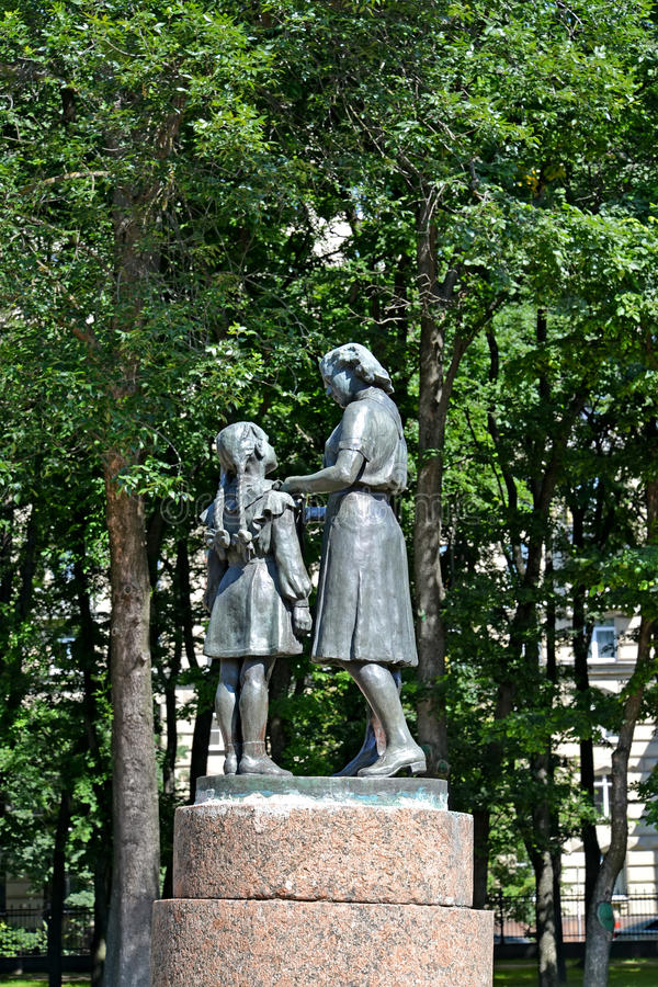 ST Petersburgo, Rússia Uma recepção do monumento nos pioneiros no parque da vitória de Moscou fotos de stock