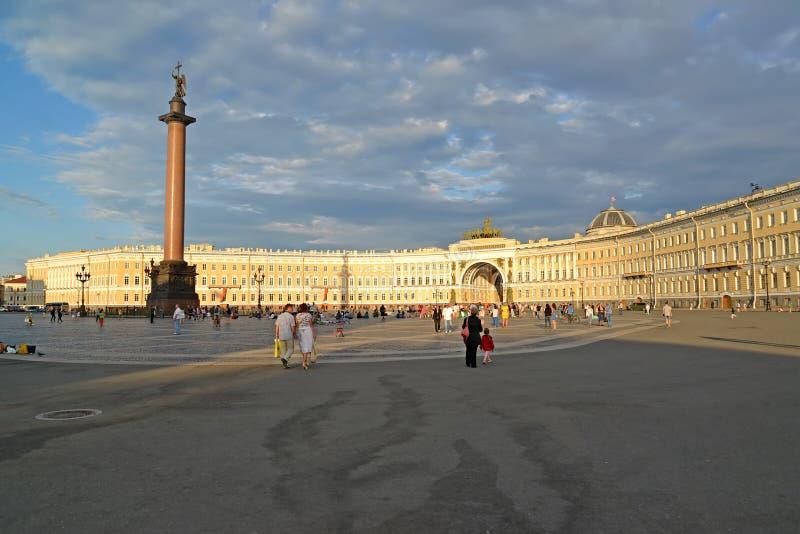 ST Petersburgo, Rusia Cuadrado del palacio, Alexander Column, edificio del estado mayor general en la puesta del sol foto de archivo libre de regalías