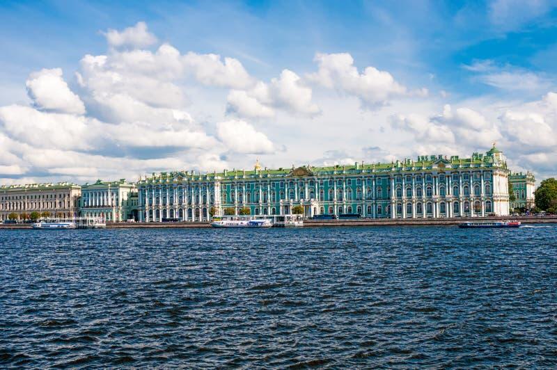 ST PETERSBURGO, RUSIA - 26 DE JULIO DE 2015: Vista del palacio franco del invierno fotos de archivo