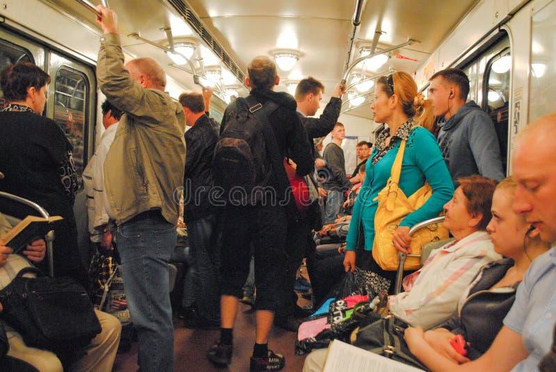 ST PETERSBURGO, RUSIA - 12 DE JULIO DE 2018: Gente dentro del carro subterráneo en el metro imagenes de archivo