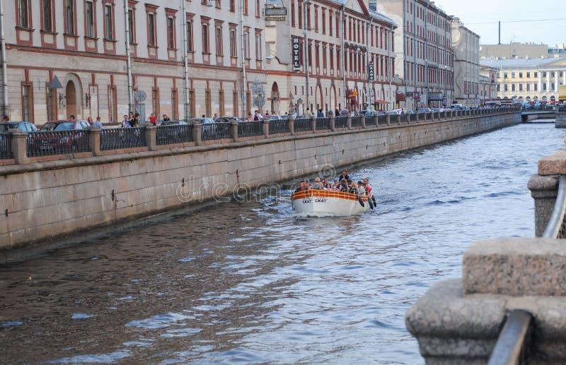 ST PETERSBURGO, RUSIA - 12 DE JULIO DE 2015: Pequeña nave de la excursión con los turistas imágenes de archivo libres de regalías