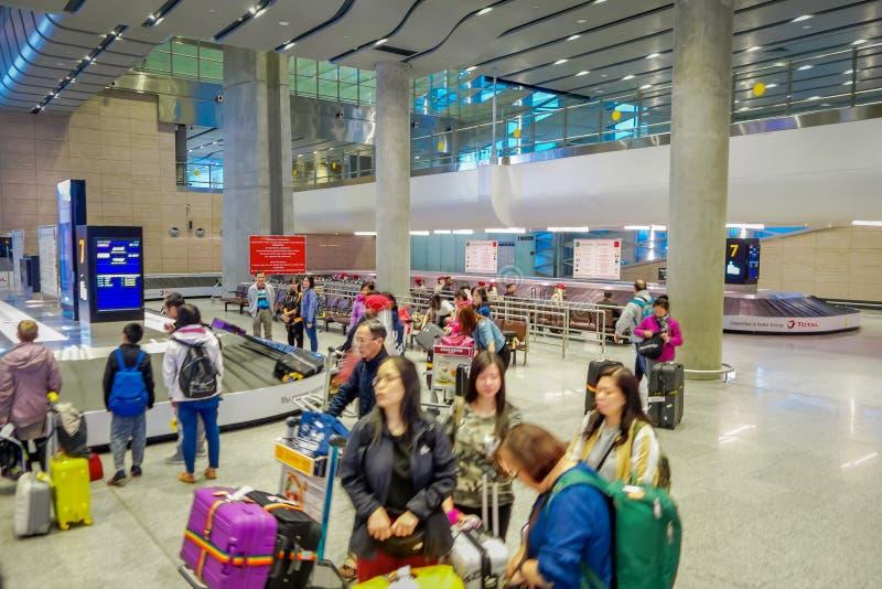 ST PETERSBURGO, RUSIA, EL 1 DE MAYO DE 2018: Los pasajeros no identificados esperan equipaje en el aeropuerto de Pulkovo En 2013  imagenes de archivo