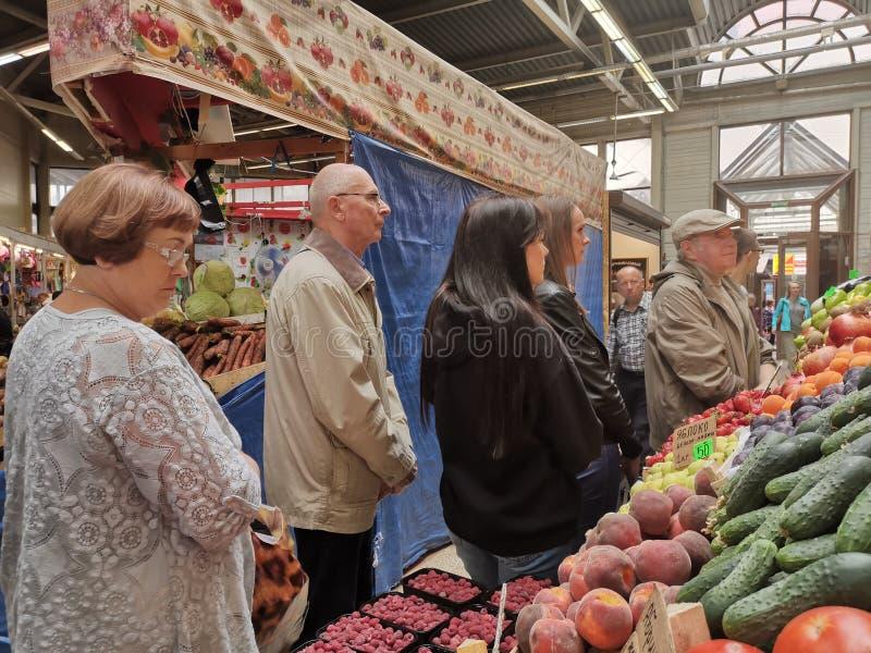 ST PETERSBURGO, RUSIA - junio de 2019: Parada del mercado de los granjeros con variedad de verdura orgánica foto de archivo libre de regalías