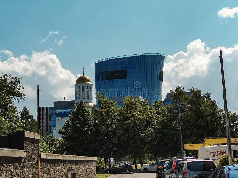 ST PETERSBURGO, RUSIA - junio de 2019: Vista de la plaza St Petersburg del centro de negocios en la avenida de Malookhtinsky imágenes de archivo libres de regalías