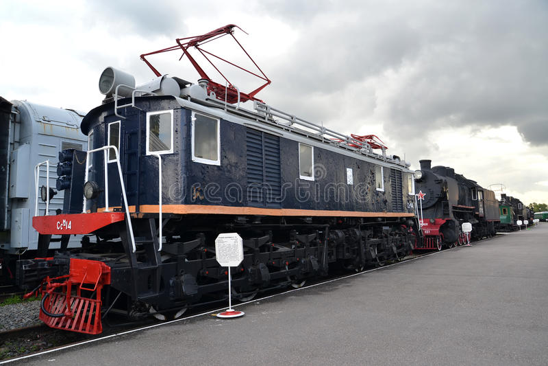 ST Petersburgo, Rusia La locomotora eléctrica del cargo de Ssm-14 cuesta en la plataforma imagen de archivo
