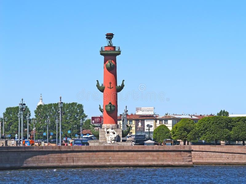 ST Petersburgo, Rusia Una columna rostral en el escupitajo de Vasilyevsky Island imagen de archivo