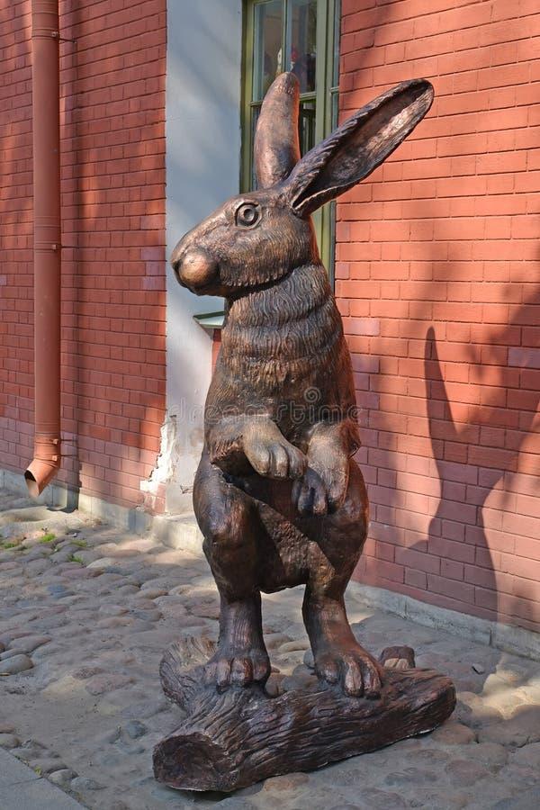 ST Petersburgo, Rusia Una escultura de una liebre en el territorio del Peter y de Paul Fortress imágenes de archivo libres de regalías