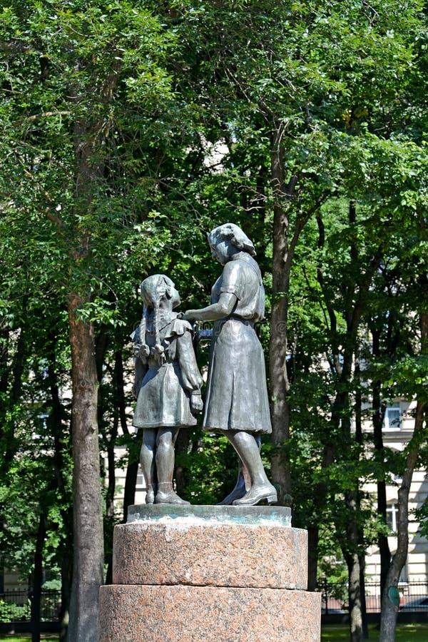 ST Petersburgo, Rusia Una recepción del monumento en pioneros en el parque de la victoria de Moscú fotos de archivo